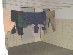 Wäscheleinen in einem der Waschkeller